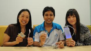 De izquierda a derecha, Ellen Do Yi-Luen (directora del Centro CUTE Keio-NUS), Ranasinghe, y Lee Kuan-Yi (diseñadora del Centro), con el equipo de electrodos de degustación. Fuente: NUS.